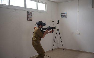 A titre d'illustration. Un soldat israélien effectue un exercice d'entraînement au moyen d'un décor de réalité virtuelle. (Armée israélienne)
