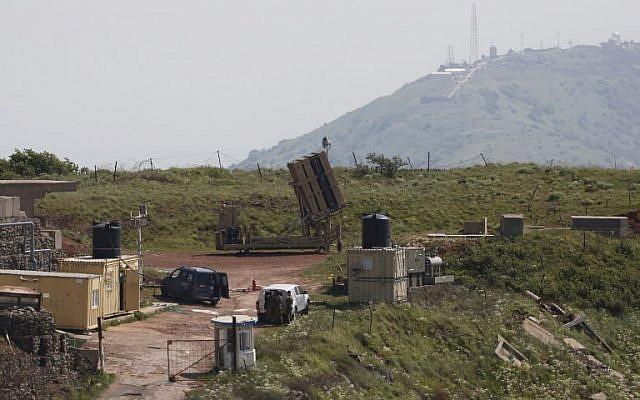 Une photo prise le 9 avril 2018 montre une batterie de défense du Dôme de fer, qui est conçue pour intercepter et détruire des roquettes à courte portée et des tirs d'artillerie. Elle est déployée sur les Plateaux du Golan à proximité de la frontière avec la Syrie. (Jalaa Marey/AFP)
