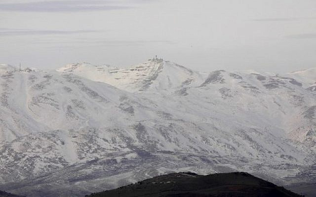 Une photo prise du coté israélien du Plateau du Golan qui montre que la neige a recouvert la montagne à l'intérieur de la Syrie, le 20 janvier 2019. (Jalaa Marey/AFP)
