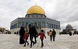 Des fidèles palestiniens passent à côté de la Mosquée du Mont du Temple, situé dans l'enceinte al-Aqsa sur le mont du Temple dans la vieille ville de Jérusalem,e le 1 mars 2019 avant les prières de vendredi midi.   (Ahmad Gharabli/AFP)