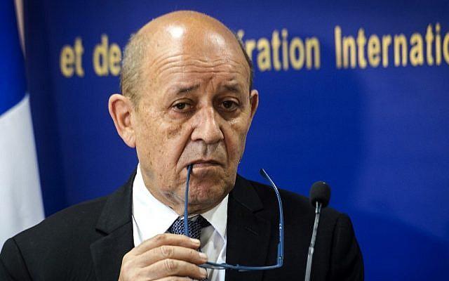 Le ministre français des Affaires étrangères, Jean-Yves Le Drian, donne une conférence de presse avec son homologue marocain à Rabat le 8 juin 2019. (Crédit : FADEL SENNA / AFP)