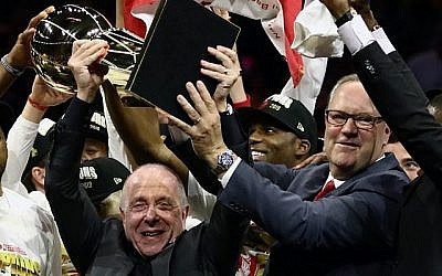 Larry Tanenbaum (gauche) tient le trophée Larry O'Brien du championnat après que les Toronto Raptors ont battu les Golden State Warriors en remportant le sixième match de la finale de la NBA 2019 à l'ORACLE Arena, le 13 juin 2019 à Oakland, en Californie. (Ezra Shaw/Getty Images/AFP)