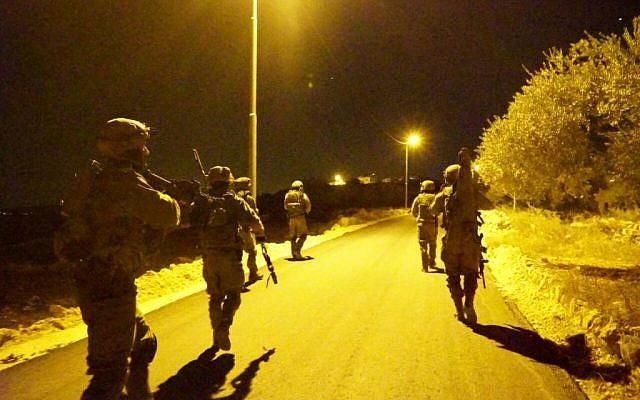 Des soldats de Tsahal lors d'opérations nocturnes en Cisjordanie, el 27 novembre 2016. (Crédit : Porte-parole Tsahal)