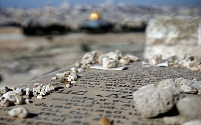 Le cimetière juif du mont des Oliviers surplombe la Vieille Ville de Jérusalem.(Thomas Coex/AFP/Getty Images via JTA)