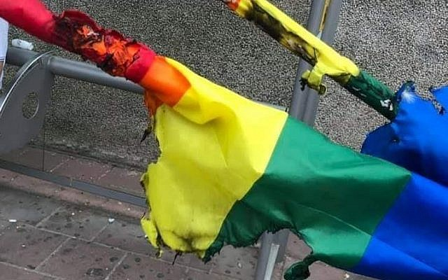 Des drapeaux gay qui ont été trouvés brûlés à Ramat Gan le 2 juin 2019 avant la première Gay Pride de l'histoire de la ville qui est prévue le 7 juin 2019. (Facebook)