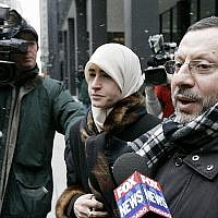 Dans cette photo du 1 février 2007, Abdelhaleem Ashqar est entouré par un caméraman alors qu'il quitte le tribunal fédéral avec sa femme à Chicago. (AP Photo/Charles Rex Arbogast)