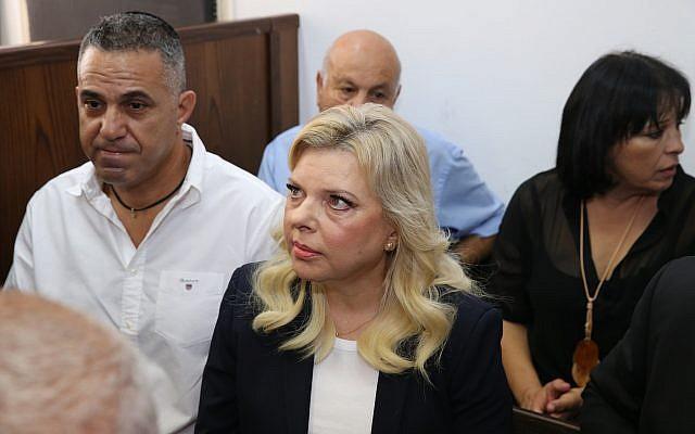 Sara, la femme du Premier ministre Benjamin Netanyahu, au centre,  est assise au tribunal à Jérusalem, le 7 octobre 2018.(Amit Shabi, Yedioth Ahronoth, Pool via AP)