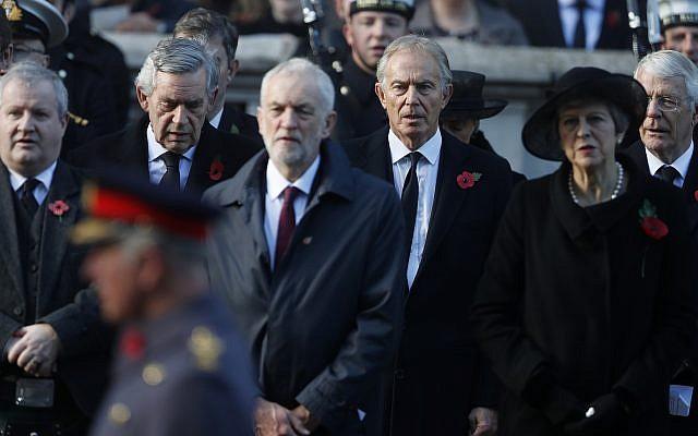 La Première ministre britannique Theresa May, à droite, l'ancien Premier ministre Tony Blair, au centre droit, le chef du parti Travailliste Jeremy Corbyn, au centre, l'ancien Premier ministre Gordon Brown, tout à gauche, participent à la cérémonie du Dimanche de la mémoire au Cénotaphe à Londres, le dimanche 11 novembre 2018. (AP Photo/Alastair Grant)