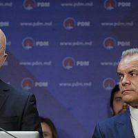 Vladimir Plahotniuc, le chef du Parti Démocrate, à droite, observe le Premier ministre de Moldavie Pavel Filip s'exprimer lors d'une conférence de presse à Chisinau, en Moldavie, le dimanche 24 février 2019. (AP Photo/Vadim Ghirda)