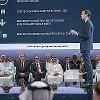 """Le secrétaire américain au Trésor Steven Mnuchin, cinquième de la gauche, et le Prince du Bahreïn Salman bin Hamad Al Khalifa, sixième de la gauche, écoutent le haut conseiller à la Maison Blanche Jared Kushner, debout, lors de la session d'ouverture de l'atelier """"Paix pour la prospérité"""" à Manama, au Bahreïn, le 25 juin 2019. (Agence d'information du Bahreïn via AP)"""