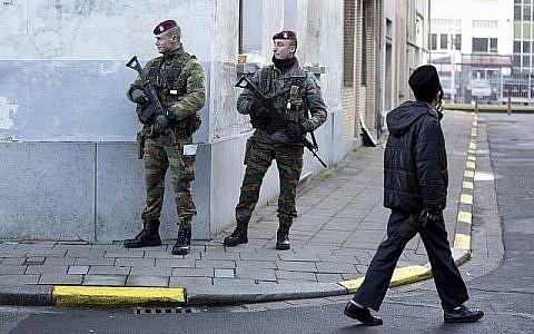 Une patrouille de commando para belge à proximité d'une synagogue au centre d'Antwerp en Belgique, le 17 janvier 2015.(AP Photo/Virginia Mayo)