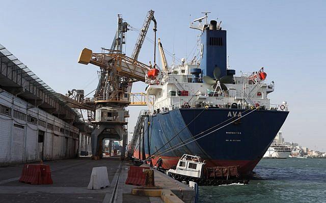 Photo d'un navire cargo au port d'Haïfa. (Yaakov Nahumi/Flash90)