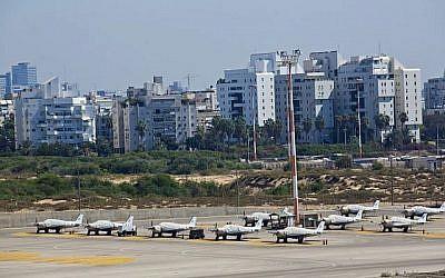 Une vue de l'aéroport Sde Dov à Tel Aviv, le 11 octobre 2013. (Crédit photo : Moshe Shai/Flash90)