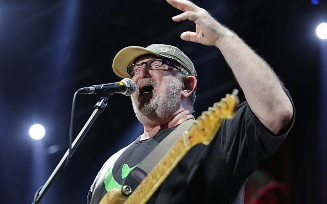Efraim Shamir du groupe de rock israélien Kaveret se produit lors de la tournée du groupe en été 2013. (Moshe Shai/Flash90)