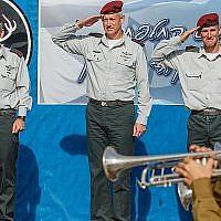Le chef d'Etat major de l'Armée, Benny Gantz (au centre), le commandant sortant de Quartier général du commandement du nord, le général Yair Golan (à droite) et nouveau chef d'Etat major, le général Aviv Kochavi (à gauche) au quartier général du nord, le 2 novembre 2014. (Flash90)
