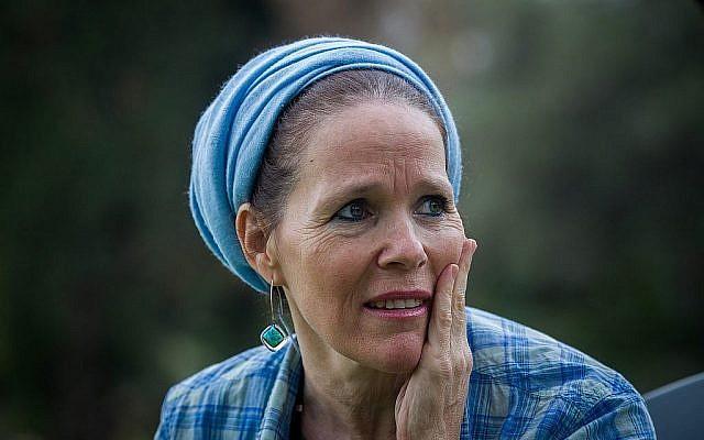 Rachelle Fraenkel, mère de l'adolescent juif Naftali Fraenkel qui a été enlevé et assassiné en 2014, lors d'un entretien à Not Ayalon dans le centre d'Israël, le 18 décembre 2014. (Miriam Alster/FLASH90)