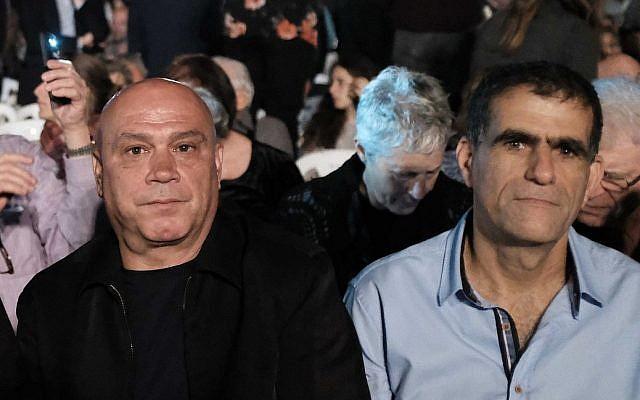 Des membres du Meretz Issawi Frej (gauche) et Mossi Raz participent à une cérémonie du Jour de mémoire à Tel Aviv le 17 avril 2018. (Tomer Neuberg/Flash90)