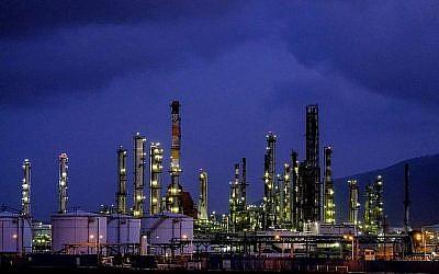 Une photo d'une raffinerie de pétrole d'Haïfa et d'autres zones industrielles, le 5 mai 2017. (Yaniv Nadav/Flash90)