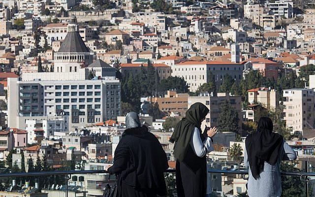 Des femmes arabes israéliennes dans la ville du nord de Nazareth le 9 décembre 2017. (Nati Shohat/Flash90)