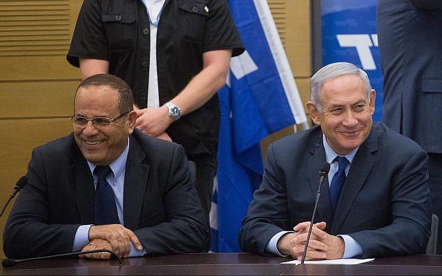 Le Premier ministre Benjamin Netanyahu. (droite) avec le ministre des Communications, Ayoub Kara, lors d'une réunion du Likud à la Knesset le 7 mai 2018. (Miriam Alster/Flash90)
