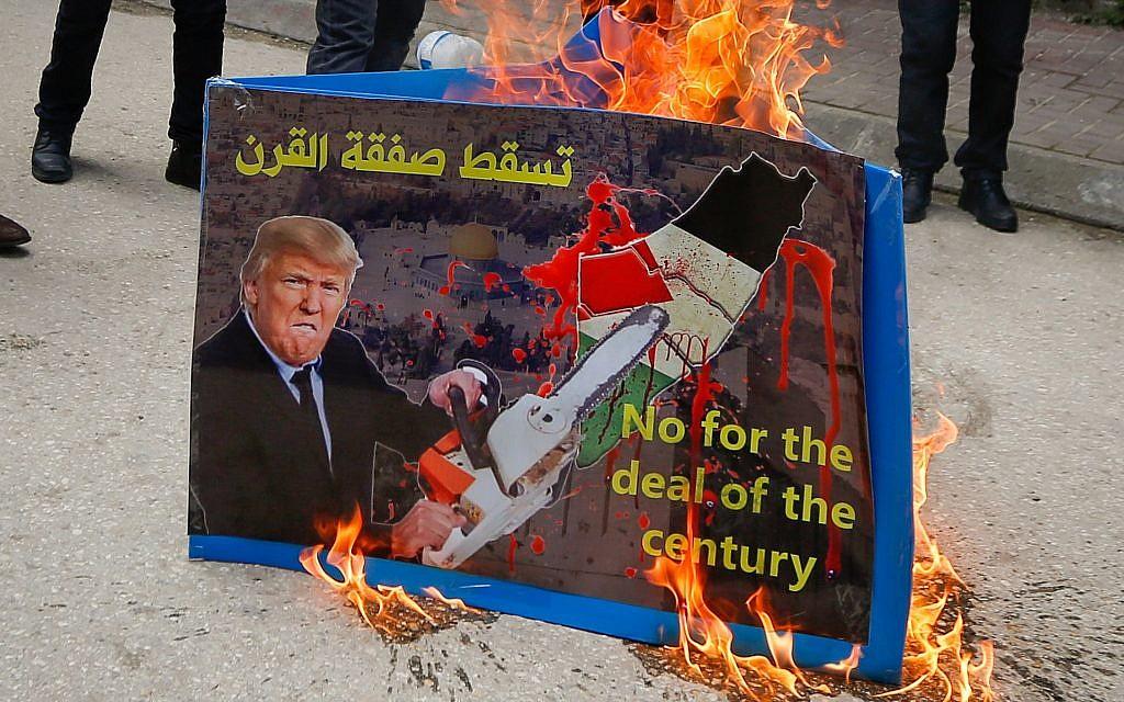Des palestiniens protestent contre ce que le président américain Donald Trump a appelé l'Accord du Siècle dans la ville Cisjordanie d'hebron, le 22 février 2019. (Wisam Hashlamoun/Flash90)