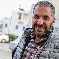 Ron Cobi, le maire de Tibériade devant le bâtiment de la municipalité de Tibériade dans le nord d'Israël, le 1er avril 2019. (David Cohen/Flash90)