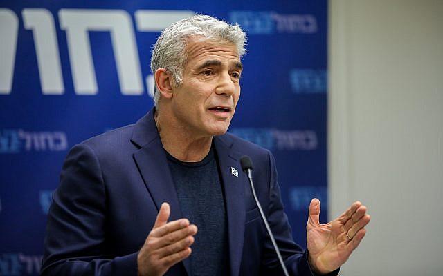 Le co-président de Kakhol lavan Yair Lapid fait une déclaration aux médias à la Knesset, le 13 mai 2019. (Noam Revkin Fenton/Flash90)