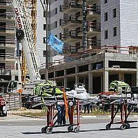La scène où une grue s'est effondrée sur un site de construction à Yavneh, tuant quatre personnes et en blessant deux autres, le 19 mai 2019. (Flash90)