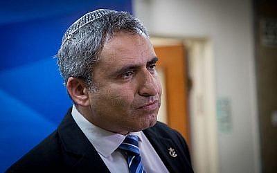Le ministre de la Protection de l'Environnement Zeev Elkin arrive pour la nouvelle réunion hebdomadaire du cabinet, au Bureau du Premier ministre à Jérusalem le 2 juin 2019. (Yonatan Sindel/Flash90)