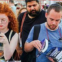 A la recherche d'un livre à acheter à la Semaine du livre hébreu 2019 sur la place Rabin à Tel Aviv. (Crédit: Flash 90)