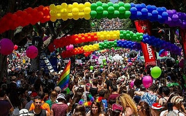 Des gens participent au défilé annuel de la Gay Pride à Tel Aviv, le 14 juin 2019.(Flash90)