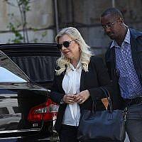 Sara Netanyahu, la femme de Benjamin Netanyahu, arrive au tribunal de Jérusalem le 16 juin 2019. (Yonatan Sindel/Flash90)