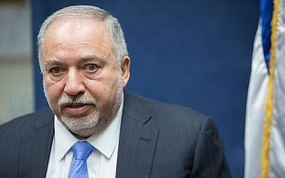 Le chef du parti Yisrael Beytenu Avidgor Liberman s'exprime lors d'une réunion du parti à la Knesset, à Jérusalem, le 24 juin 2019. (Noam Revkin Fenton/Flash90)
