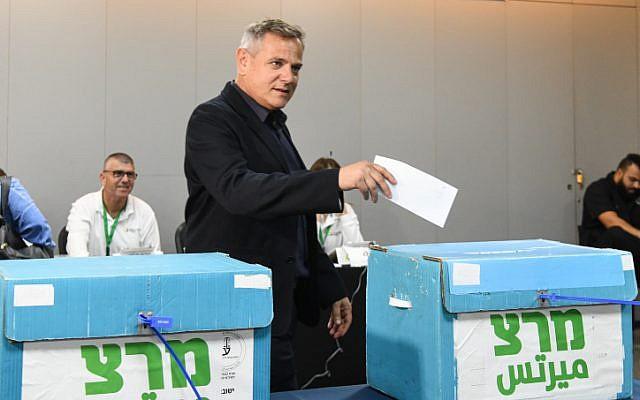 Nitzan Horowitz dépose son bulletin aux primaires du Meretz dans un bureau de vote à Tel Aviv, le 27 juin 2019.  (Flash90)