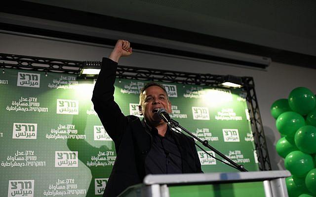 Nitzan Horowitz, le chef nouvellement élu du parti Meretz, montre sa joie alors qu'il prononce son discours de victoire, après avoir pris la tête du parti lors d'un vote qui s'est tenu à Tel aviv le 27 juin 2019. (Gili Yaari / Flash90)