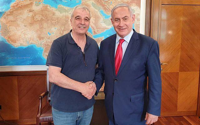 Le Premier ministre Benjamin Netanyahu et l'ancien chef du conseil Yesha Avi Roeh se serrent la main au bureau du Premier ministre à Jérusalem le 6 juin 2019. (Crédit)
