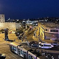 """Alors que la nuit tombe, une vue d'un balcon à la scène qui est montée dan """"Champ de Vue"""", un nouveau spectacle du Théâtre Clippa le 11 juin 2019, pour le festival Israël 2019. (Jessica Steinberg/Times of Israël)"""