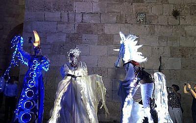 Les personnages hauts en couleurs et dignes d'un conte de fée qui accueillent les visiteurs à la Porte de Jaffa, lors du Festival de Lumière de Jérusalem, qui a ouvert le 26 juin 2019. (Jessica Steinberg/Times of Israël)