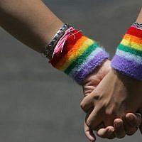 Un couple se tient la main lors du défilé annuel de la gay Pride,e le 8 juin 207 à Tel Aviv (David Silverman/Getty Images via JTA)