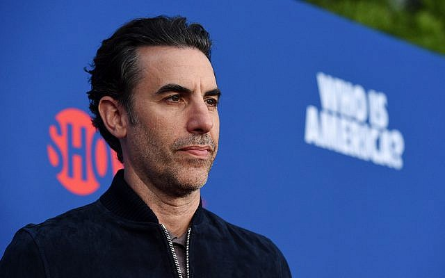 """Sacha Baron Cohen, star de la série """"Qui est l'Amérique?"""", pose avant un événement consacré à la série aux Studios Paramount, le 15 mai 2019 à Los Angeles. (Crédit : Chris Pizzello/Invision/AP)"""