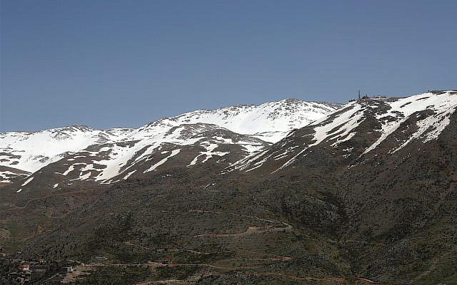 On peut voir une position militaire israélienne, à droite, au sommet du Mont Hermon dans les Plateaux du Golan, où les frontières entre Israël, la Syrie et le Liban se rejoignent. Le 9 avril 2019. (AP Photo / Hussein Malla)