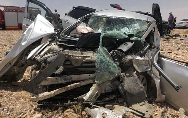 Une voiture victime d'une collision frontale avec un autre véhicule sur la Route 90 dans la région d'Arava, le 6 juin 2019. (Crédit : Services de secours et d'incendie)
