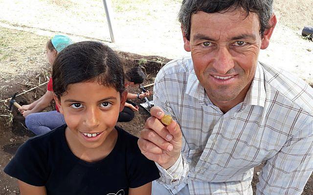 L'écolière en CM1 Shira Sofer photographiée avec une pièce en or du 9ème siècle qu'elle a trouvée et l'archéologue Achia Cohen-Tavor, le 30 mai 2019. (Nicole Gutman, Programme Karev pour l'implication éducative)