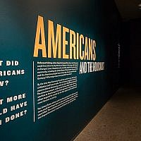 """L'exposition """"les Américains et la Shoah"""" au musée de commémoration de la Shoah de Washington, aux Etats-Unis, qui explore les décisions prises par le gouvernement, les médias, les artistes et les Américains en général en réponse au nazisme(Crédit : Musée de commémoration de la Shoah américain)"""