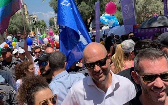 Le ministre de la Justice Amir Ohana à la Gay Pride de Tel Aviv, le 14 juin 2019.  (Crédit : Ministère de la Justice)