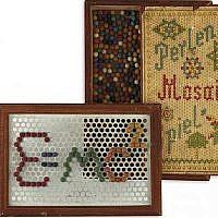 """Un jouet d'enfance du physicien Albert Einstein contenant des petites perles en bois de couleur utilisées pour créer des motifs sur le cadre avec de trous. On peut lire sur la boîte 'Perlen-Mosaik-Spiel,' ou """"jeu de perles mosaïques"""". Le jeu est en vente à la maison d'enchère de New York  Kestenbaum & Company, juin 2019. (Crédit : site internet de Kestenbaum & Company)"""