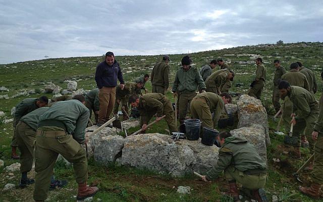 Des soldats de l'unité des parachutistes prennent part à des fouilles archéologiques sur leur base d'entraînement dans le sud d'sraël. Photo diffusée le 19 juin 2019. (Crédit :IAA)
