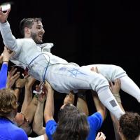 L'escrimeur israélien Yuval Freilich porté par son équipe après avoir remporté la médaille d'or aux Championnats d'Europe d'escrime de Düsseldorf, le 18 juin 2019. (Crédit : photo Facebook / Confédération européenne d'escrime)