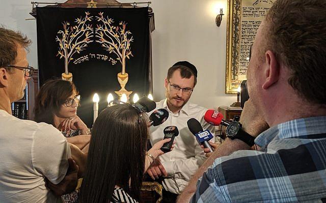 Le rabbin Dawid Szychowski parlant aux journalistes sur le Festival de Tranquillité qu'il lancé à Lodz, en Pologne le 8 juin 2019. (Crédit : Shvei Israel/via JTA)