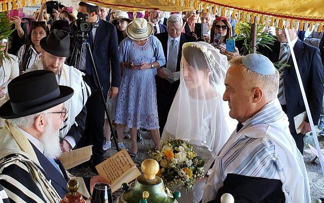 Roque Pugliese et Ivana Pezzoli se marrient à la synagogue Bova Marina en Calabre, le 4 juin 2019. (Crédit : autorisation Shavei Israel via JTA)